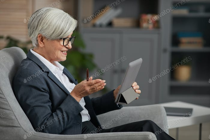 Mujer de negocios hablando en línea