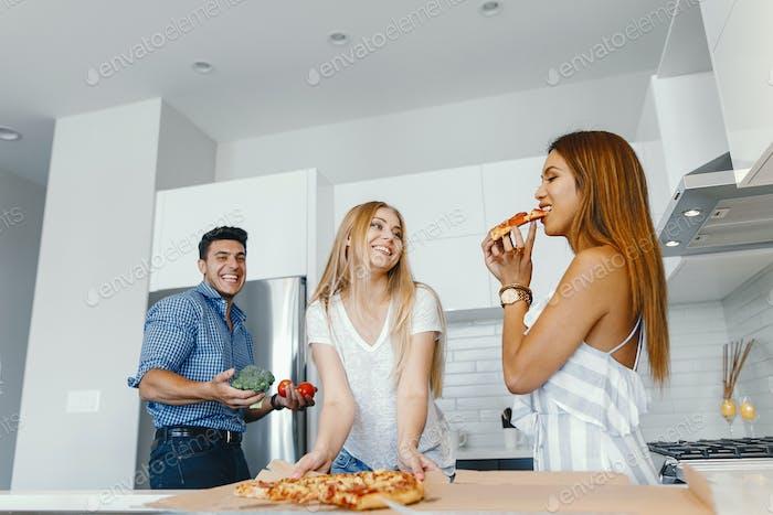 Freunde Essen in einer Küche