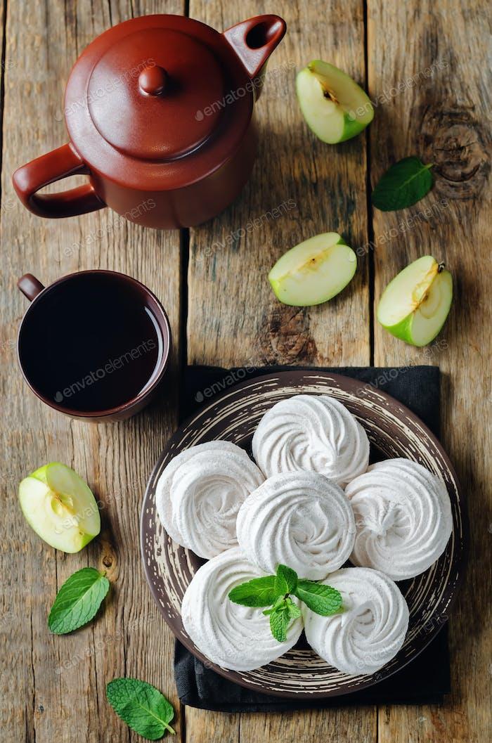 Apfel Zephyr auf einem Teller mit Äpfeln und Minze