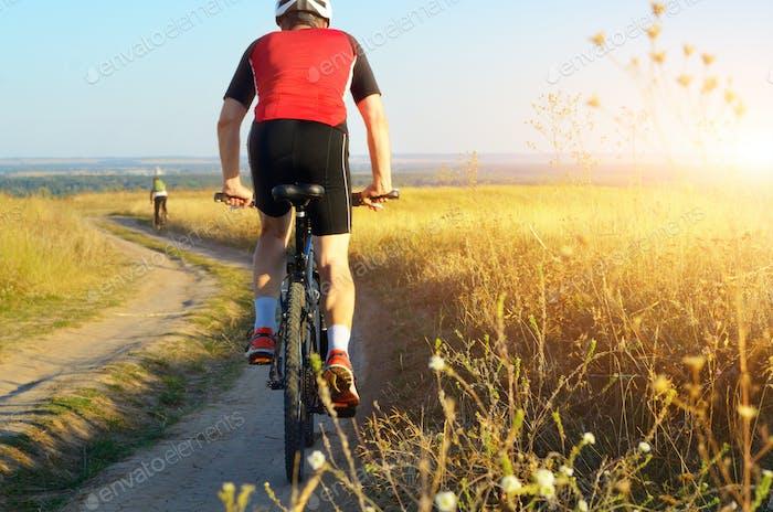 Männliche Radfahrer fahren ländlichen Feldweg im Freien