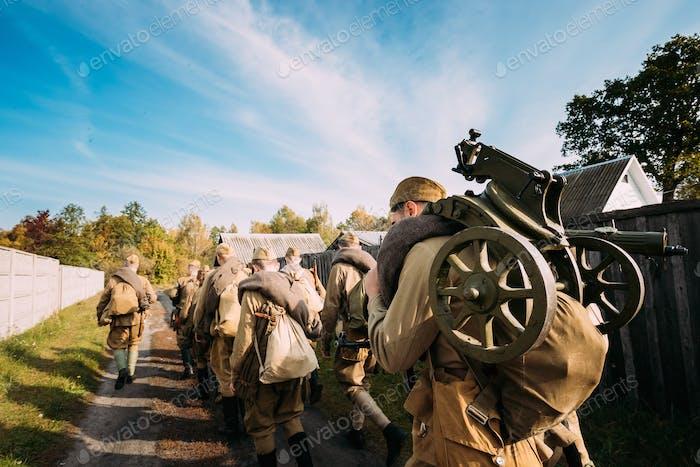 Gruppe Von Re-enactors als sowjetische russische Rote Armee Infanterie