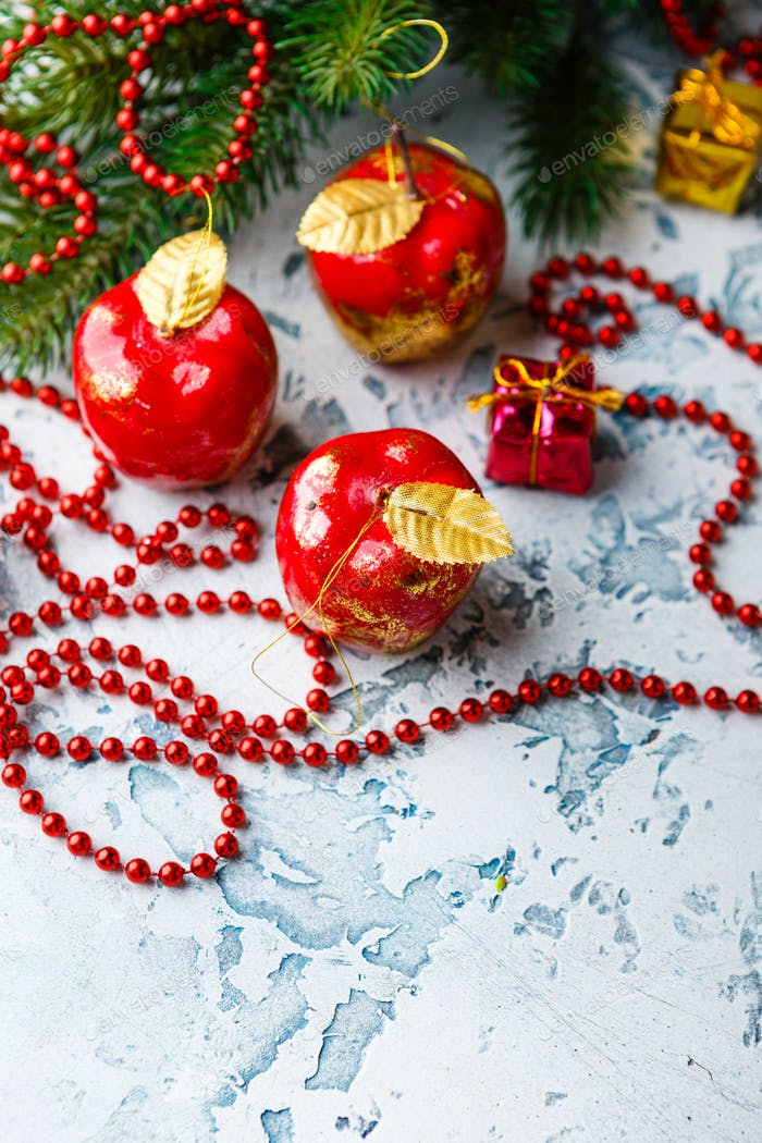 Tannenbaumspielzeug in Form von rotem Apfel