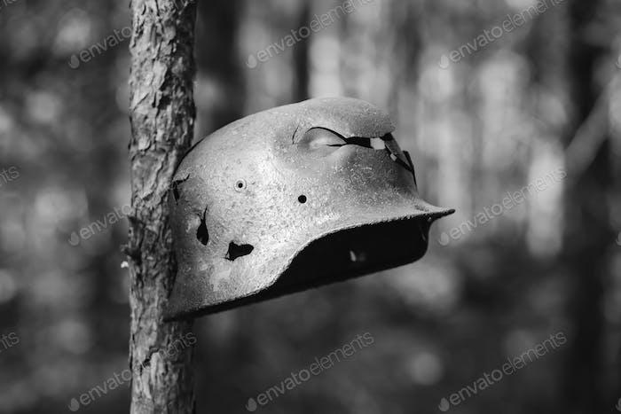 Beschädigt durch Kugeln und Splitter Metallhelm der deutschen Infanterie