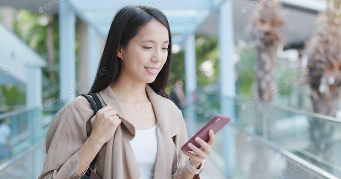Frau Verwendung von Smartphone in der Stadt