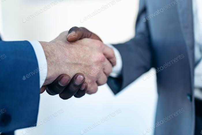 Nahansicht des Handshakvorgangs von Geschäftspartnern.
