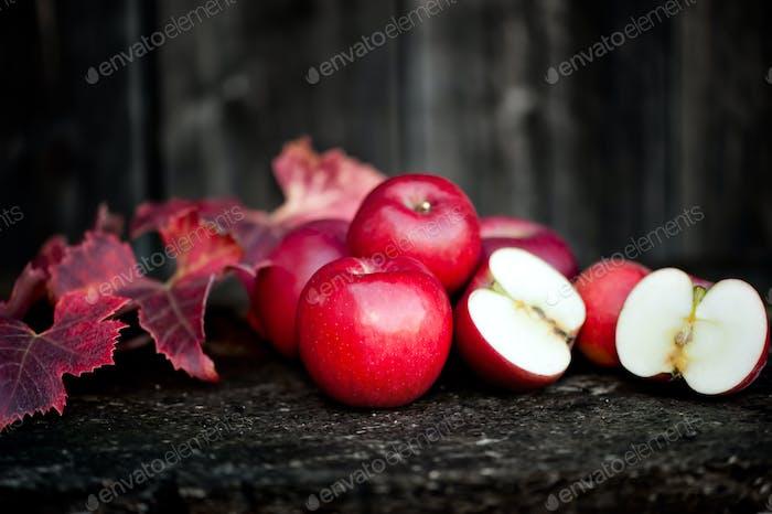 Frische rote, Bio-Äpfel aus der Herbsternte. Landwirtschaft harve