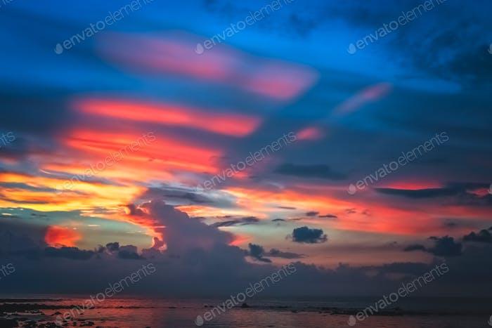 Atemberaubender farbenfroher Sonnenuntergang über dem Meer