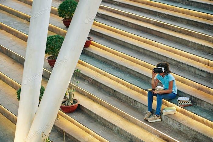 Student mit AR Brille im freien