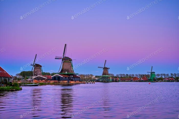 Windmühlen bei Zaanse Schans in Holland in der Dämmerung bei Sonnenuntergang. Zaa