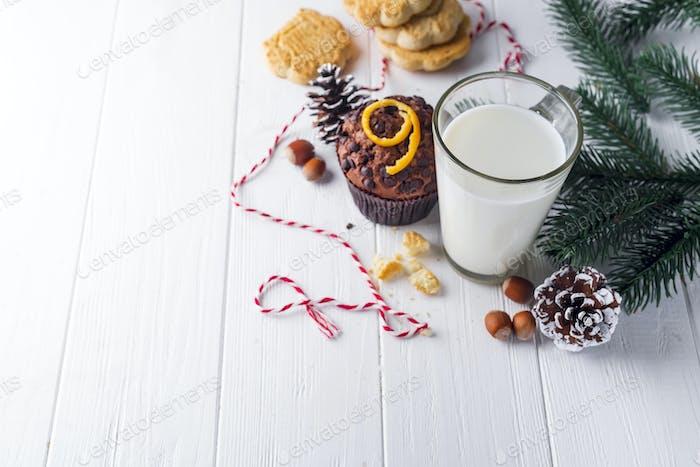 Cookie mit Milch und Weihnachtsbaum