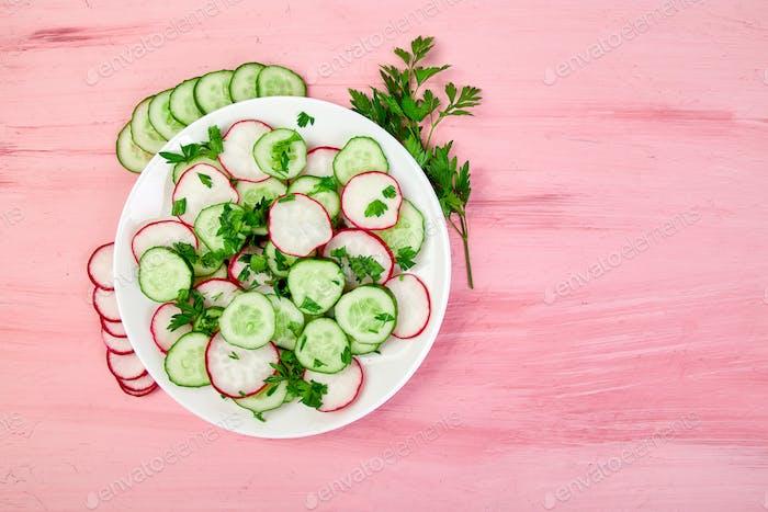 Frischer Salat aus Gurken und Rettich