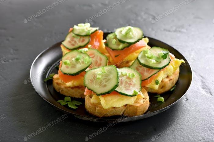 Sandwiches mit Lachs, Rührei und Gurken