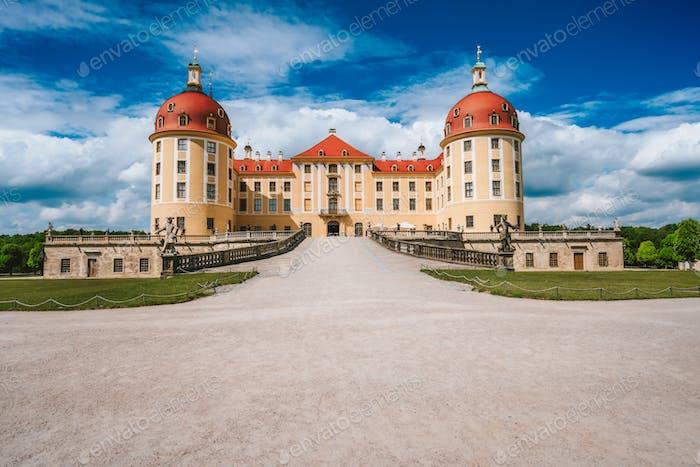 Schloss Moritzburg befindet sich in Deutschland, Sachsen, in der Nähe von Dresden. Schöner Frühlingstag mit Blau