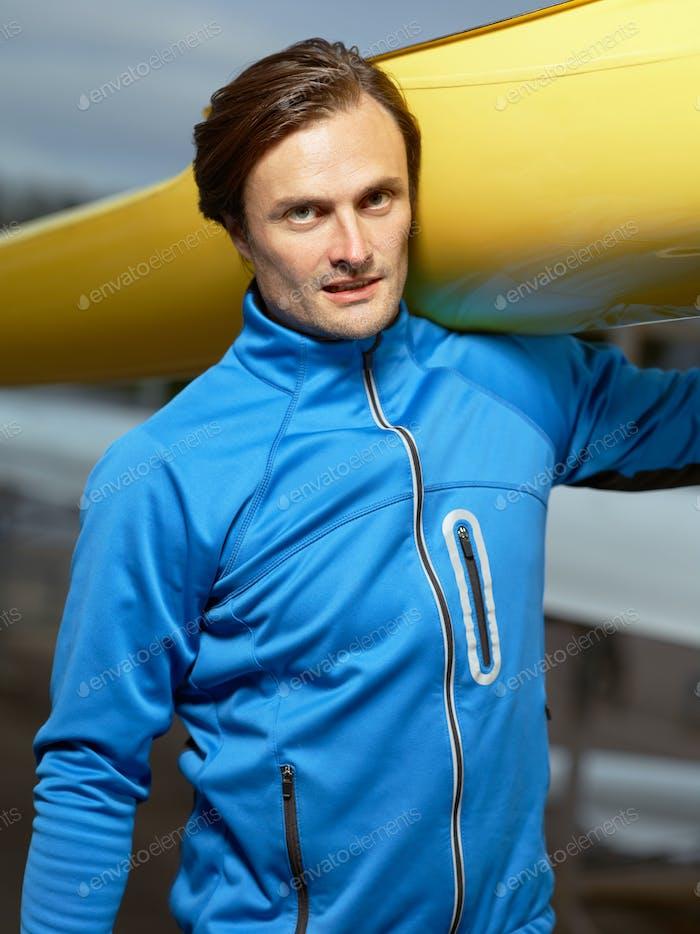 Porträt des athletischen Mannes mit Boot