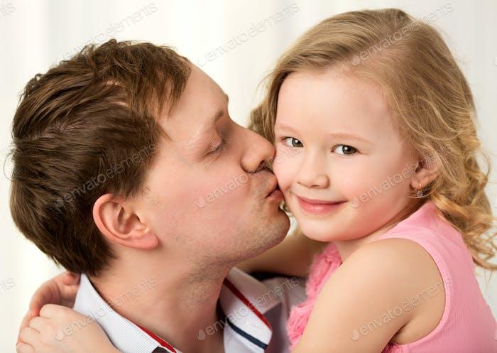 Papá besos hermosa pequeña hija