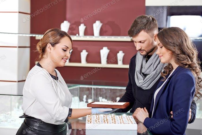 Joven pareja comprando joyas