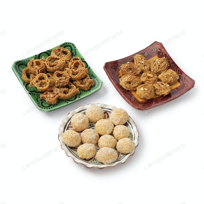 Gericht mit marokkanischen festlichen hausgemachten Chebakia und Kokosplätzchen