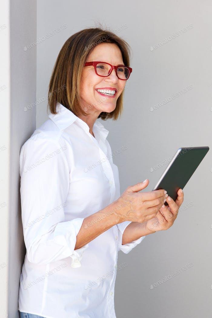 Business-Frau lächelnd und halten digitale Tablette