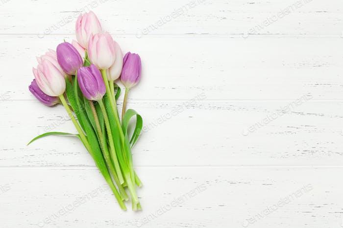 Rosa Tulpen über Holzhintergrund