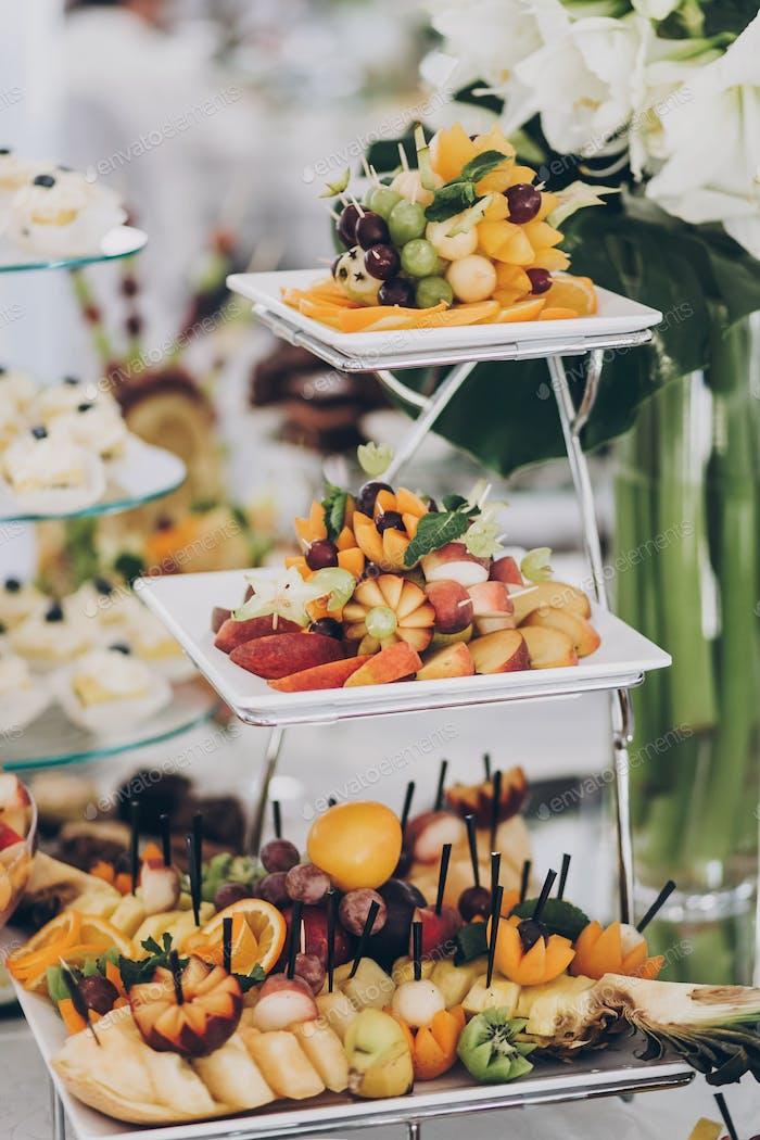 Köstliche frische Früchte auf dem Tisch beim Hochzeitsempfang