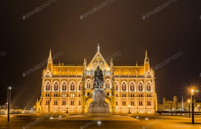 Nachtansicht des ungarischen Parlamentsgebäudes in Budapest, Ungarn.