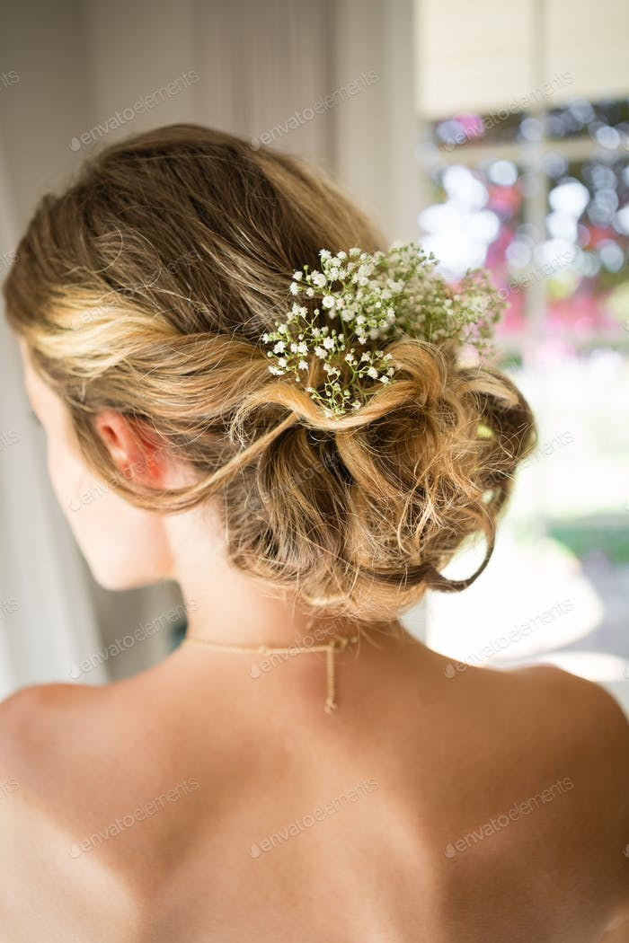 Nahaufnahme der Braut blondes Haar mit Blumen