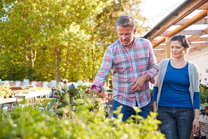 Reife Paar im freien Wahl Pflanzen zu kaufen bei Garden Center