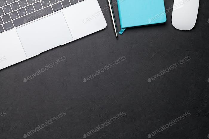 Bürotisch mit Zubehör und Computer