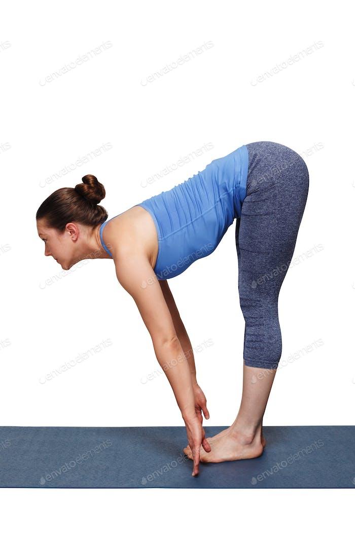 Frau tun Yoga Asana Uttanasana - stehend nach vorne beugen