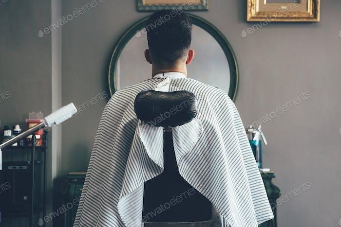 Мужской клиент в парикмахерской