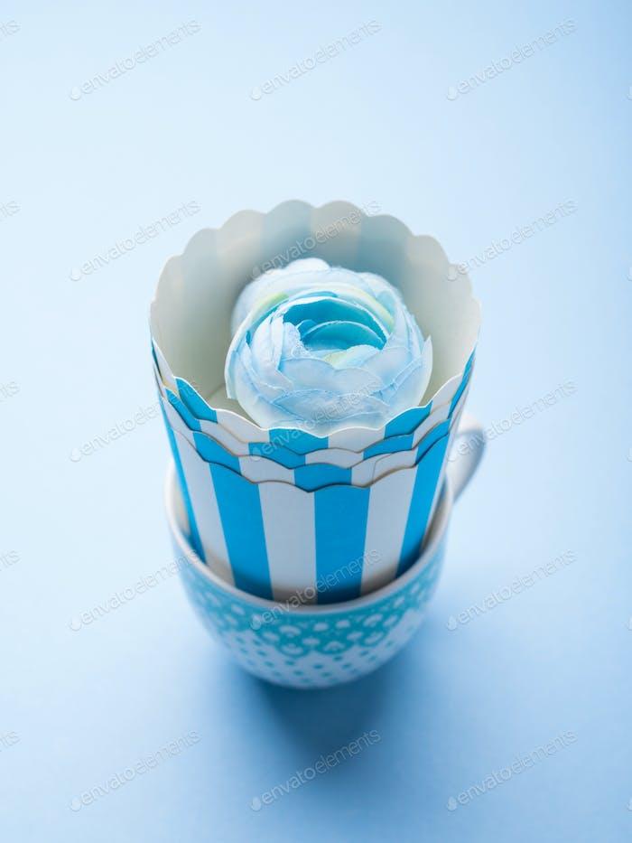 Stillleben mit blauen Tassen und Blume