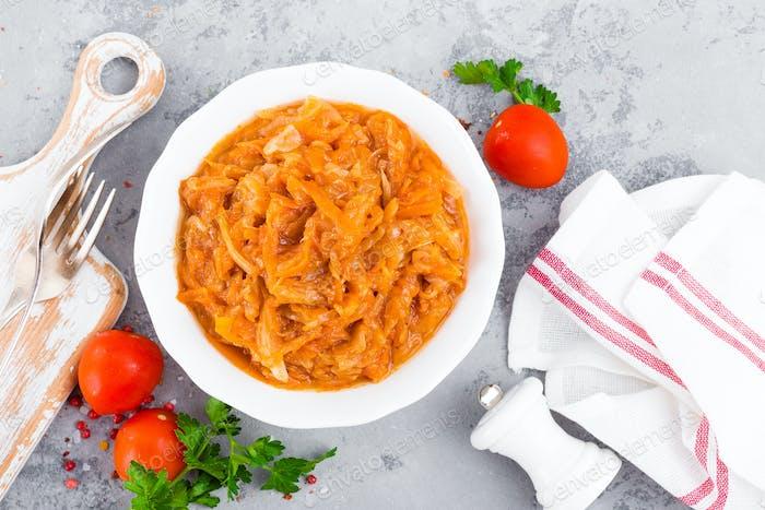 Kohleintopf. Kohl in Tomatensauce geschmort