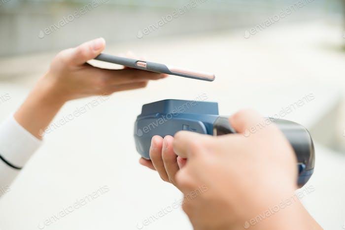 Kundenzahlen mit Handy mit NFC-Technologie