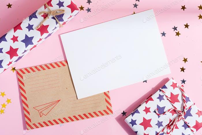 Weihnachtspostkarte mit Geschenkboxen und Mockup Brief an den Weihnachtsmann