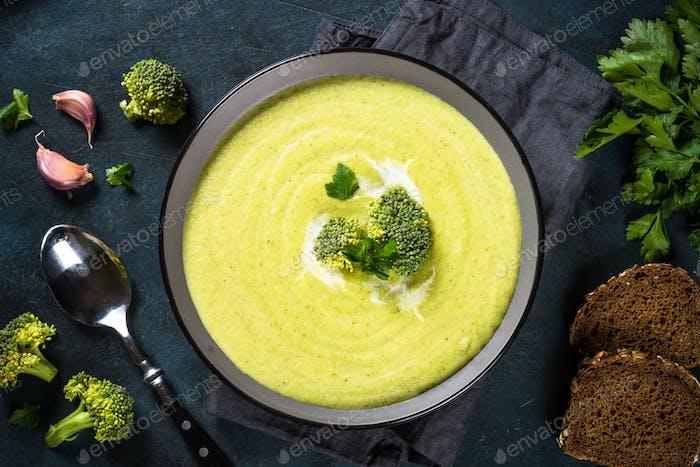 Brokkoli Cremesuppe in der Schüssel auf dunklem Tisch