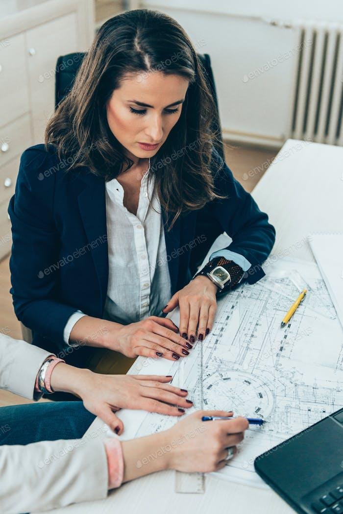 Architekten auf Treffen im Büro