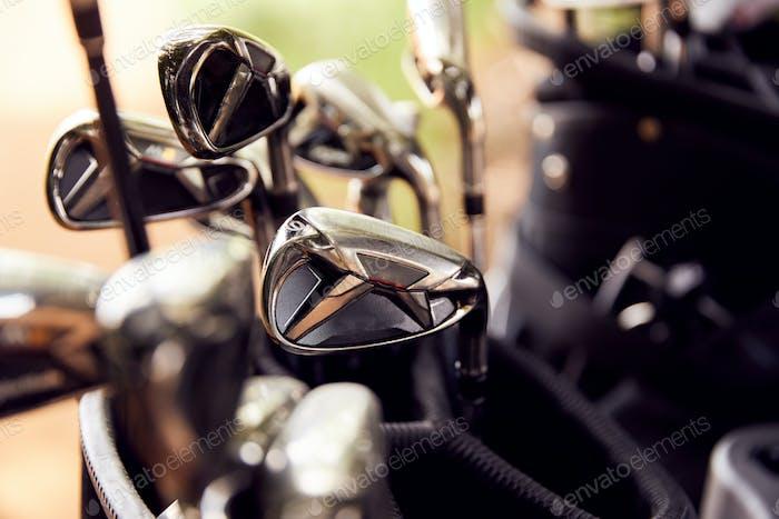 Nahaufnahme von Clubs in Tasche auf Golf Buggy