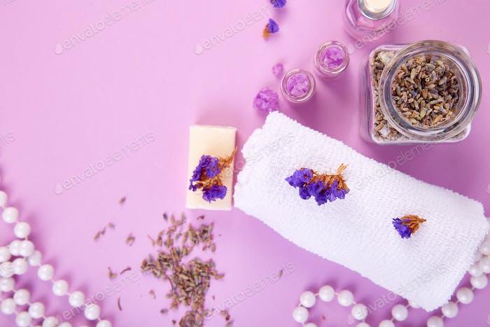 Concepto de spa. Velas aromáticas, jabón de belleza y cosmética Spa