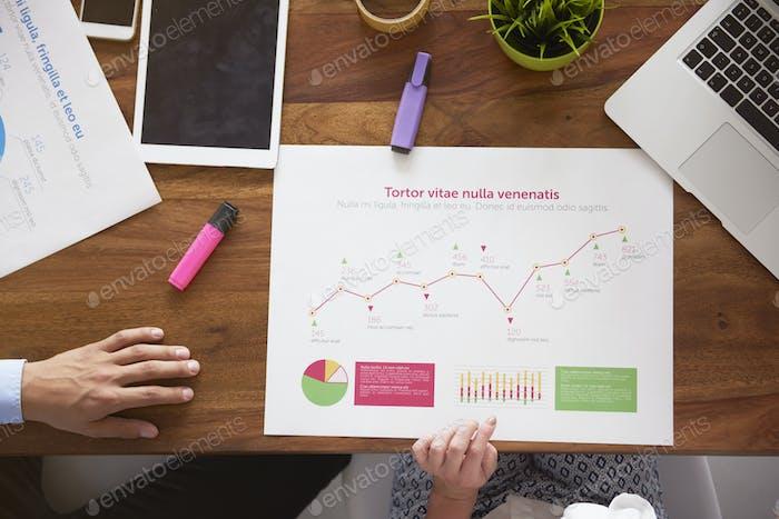 Данные на бумаге на столе