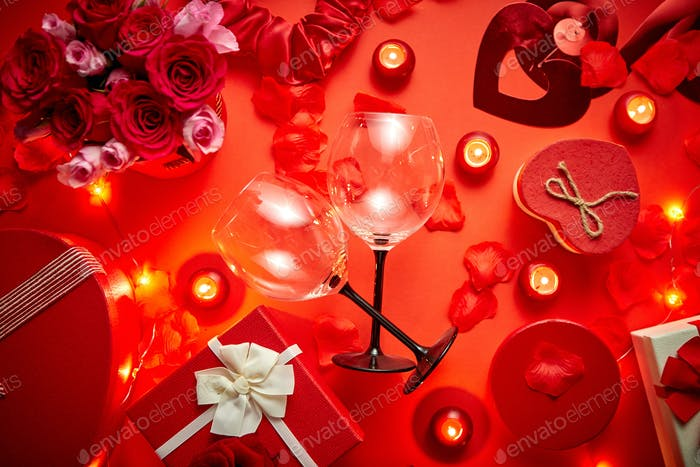 Valentinstag romantische Dekoration mit Rosen, Weingläser, Geschenkbox, Kerzen