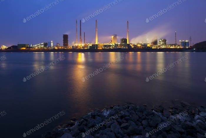 Kokerei durch Fluss bei Nacht