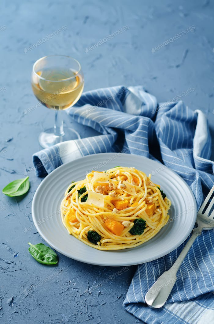 Pasta with pumpkin, spinach and walnuts