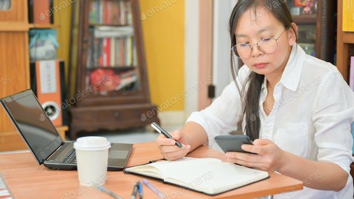Ausgeschnittene Aufnahme asiatischer Frauen arbeiten zu Hause, um vor Corona-Virus oder Covid-19 zu schützen.