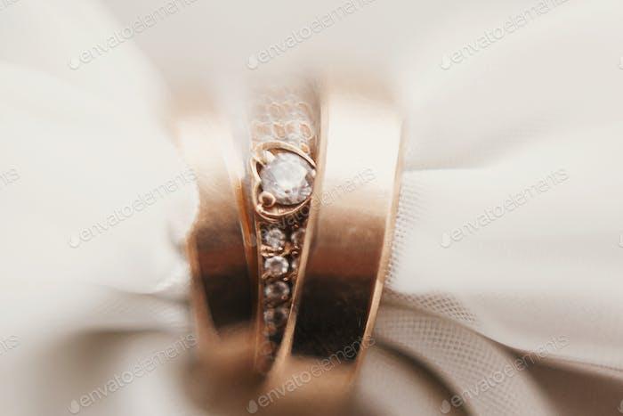 Moderne Hochzeit goldene Ringe auf weichem Stoff, kreatives Bild