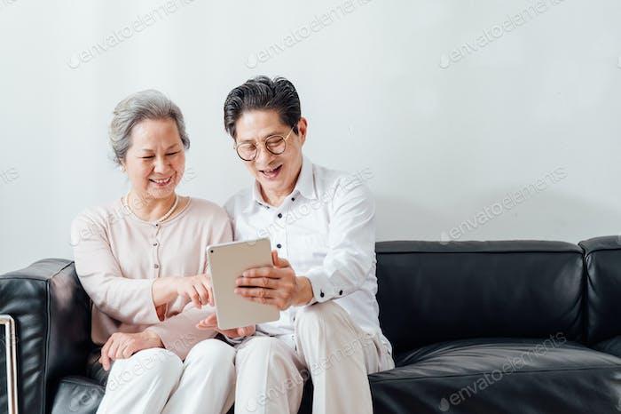 Senior-Paar mit ipad zu Hause