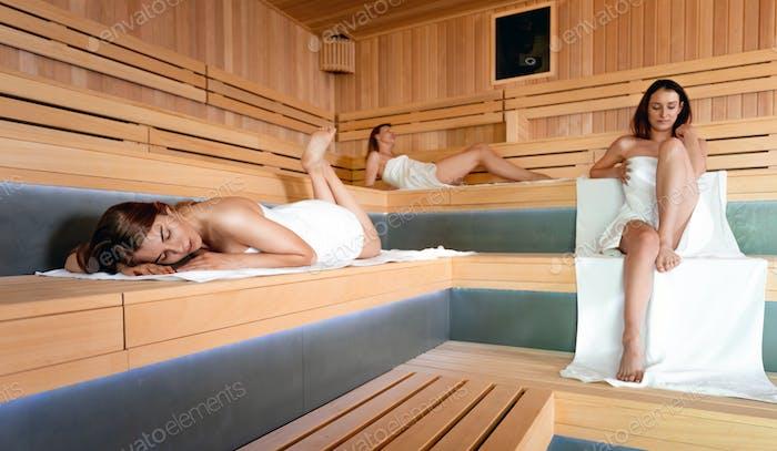 Женщины, преследующие здоровый образ жизни, отдых в сауне