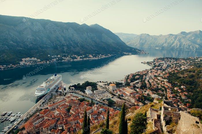Kreuzfahrtschiff in Kotor Bay Montenegro