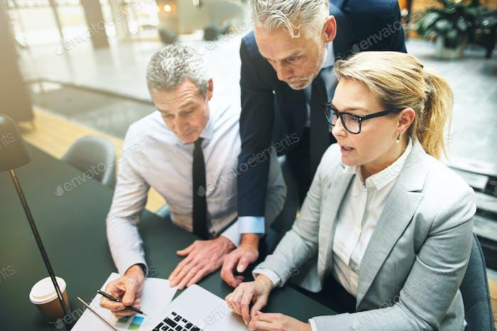 Reife Geschäftsmann im Gespräch mit Kollegen in einem modernen Büro