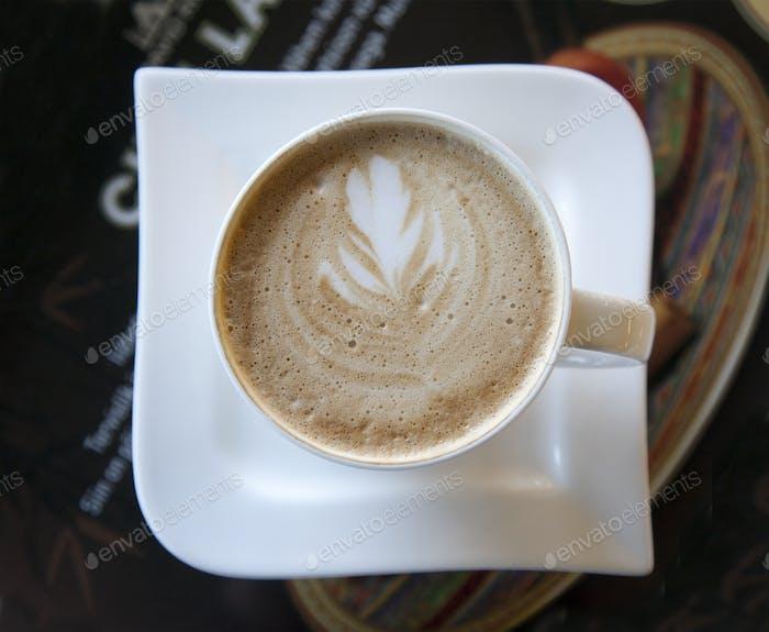 Latte mit Blatt-Design