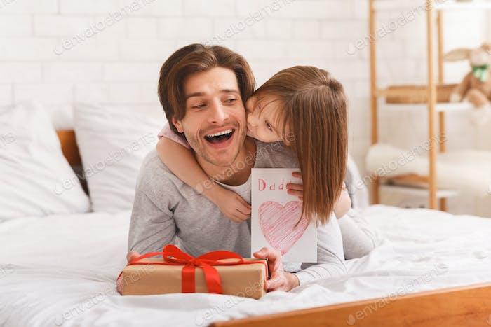 Kleine Prinzessin feiert Vatertag mit Papa